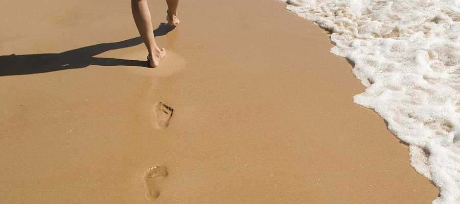 experiencia-de-usuario-pisadas-huellas-camino-arena-playa